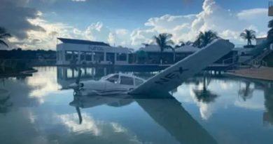 Avião cai em piscina de resort em Furnas e deixa tripulantes feridos